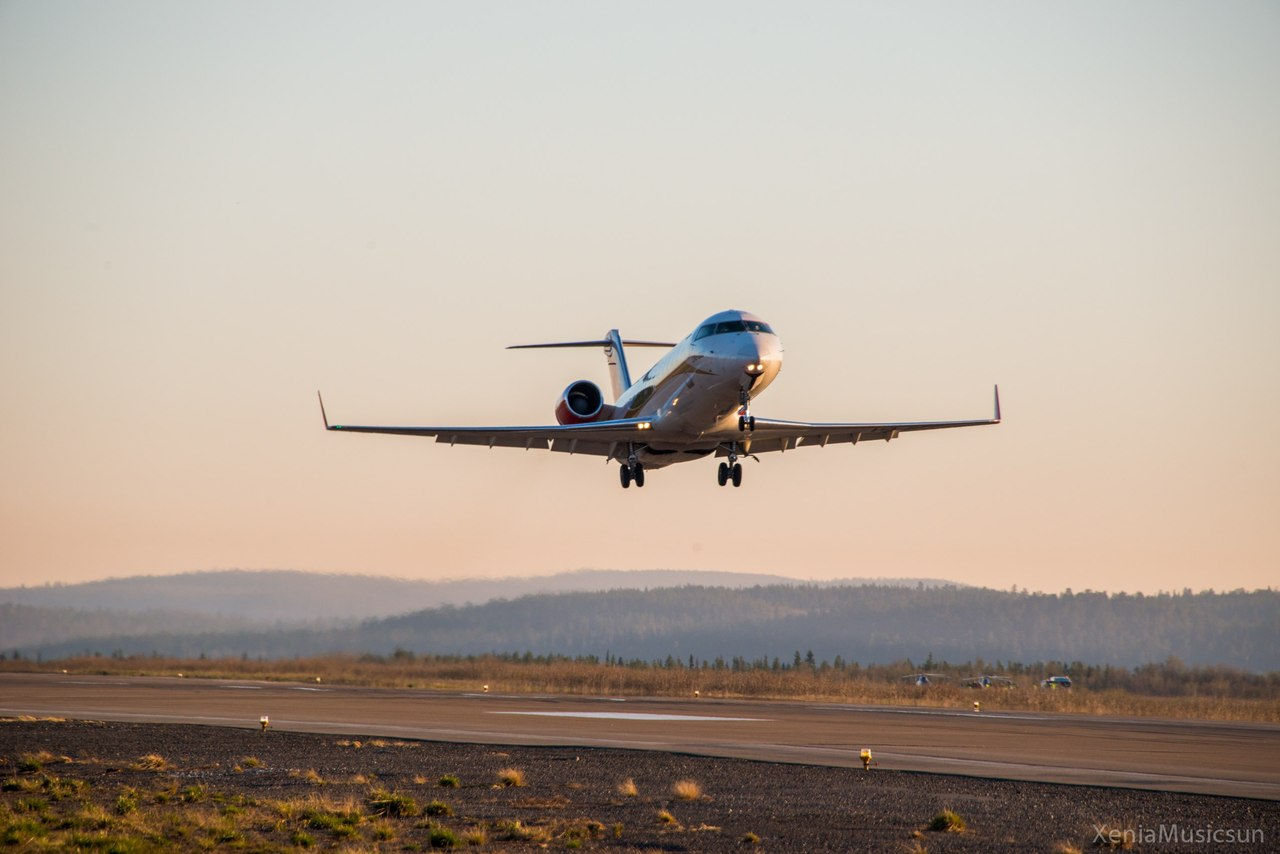 "Взлет Bombardier CRJ100 авиакомпании ""РусЛайн"" в аэропорту Мурманска"