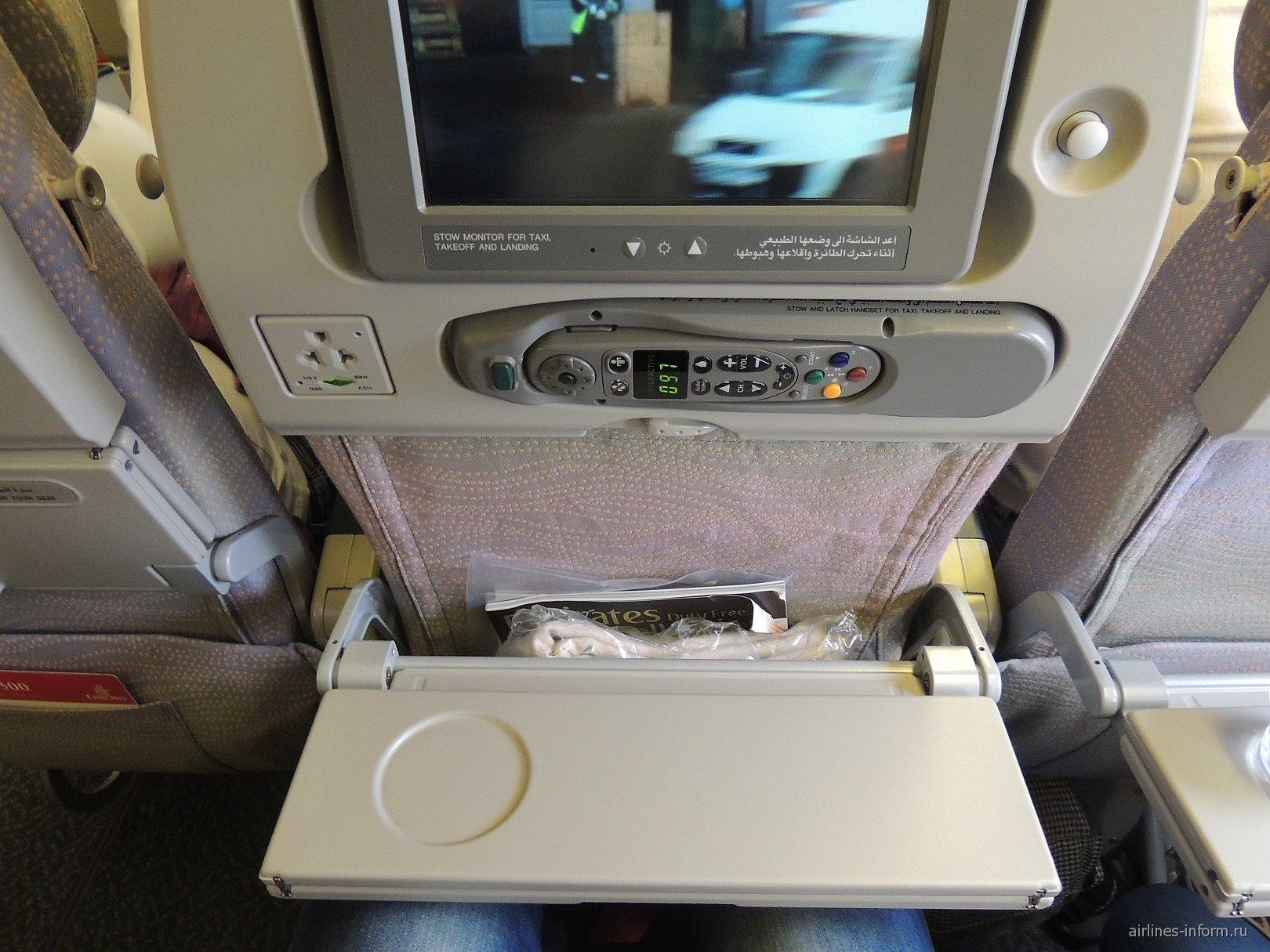 Место пассажира эконом-класса в Боинге-777-300 Emirates