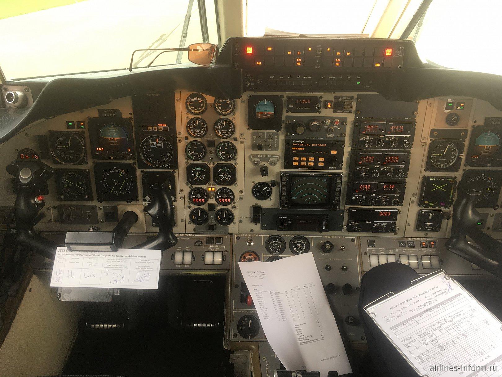 Приборная панель в кабине пилотов в самолете Jetstream 32