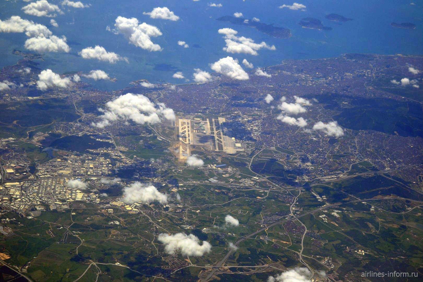 Вид сверху на аэропорт Сабиха Гокчен в Стамбуле