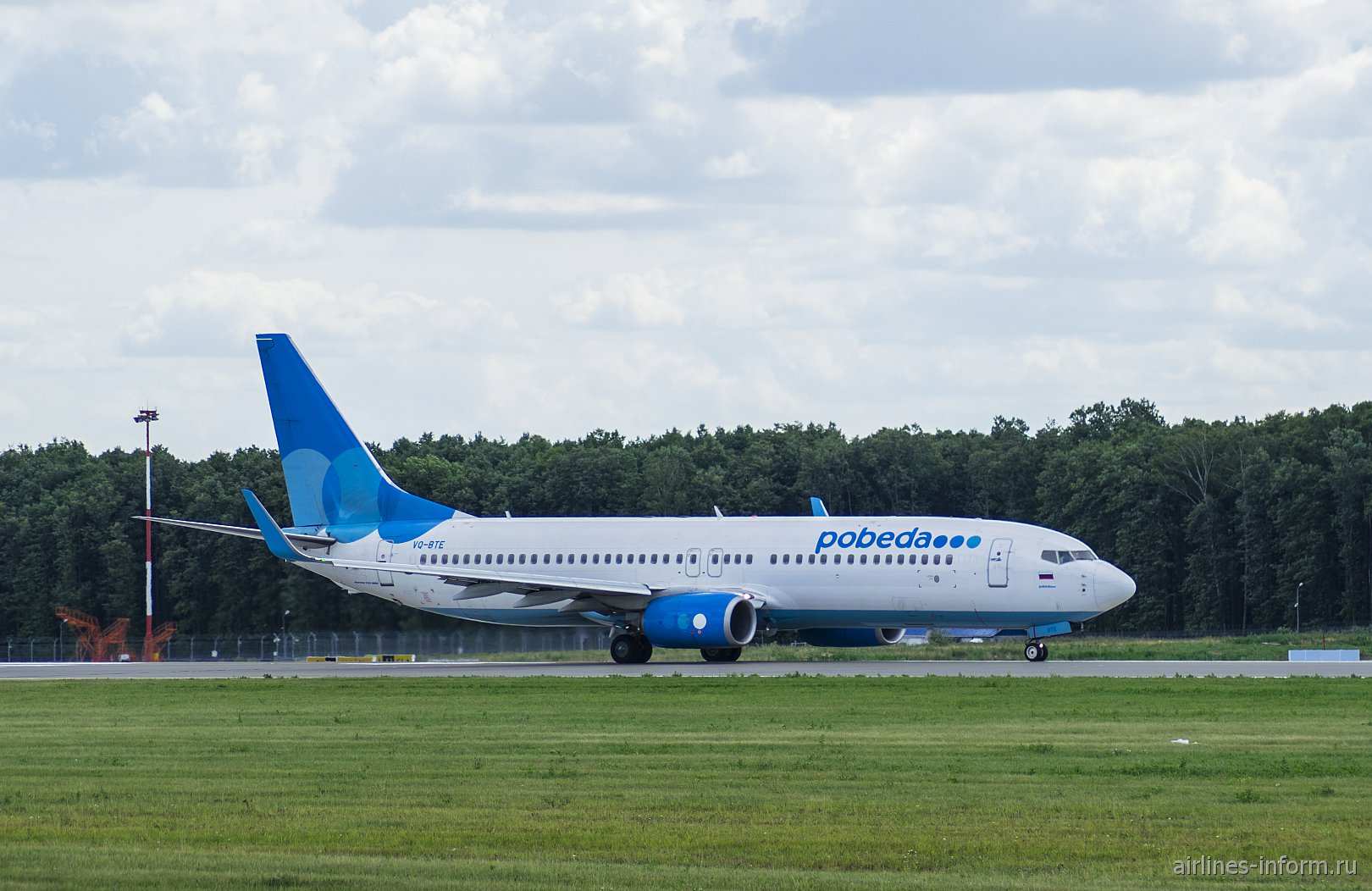 """Боинг-737-800 VQ-BTE авиакомпании """"Победа"""" на рулежной дорожке в аэропорту Внуково"""
