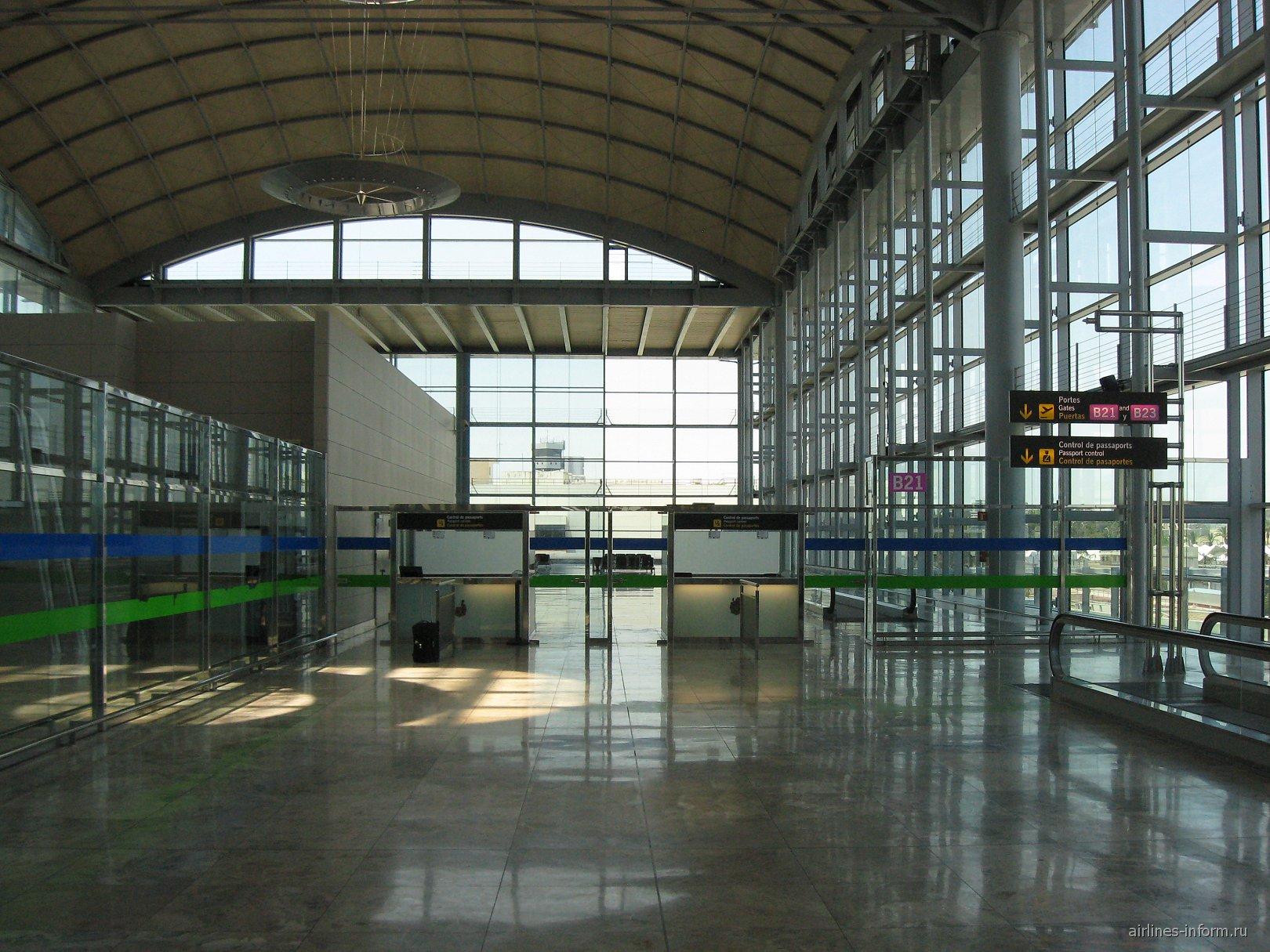 Пункты паспортного контроля у гейта B21 аэропорта Аликанте