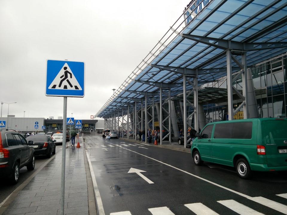 У входа в терминал А аэропорта Киев Жуляны