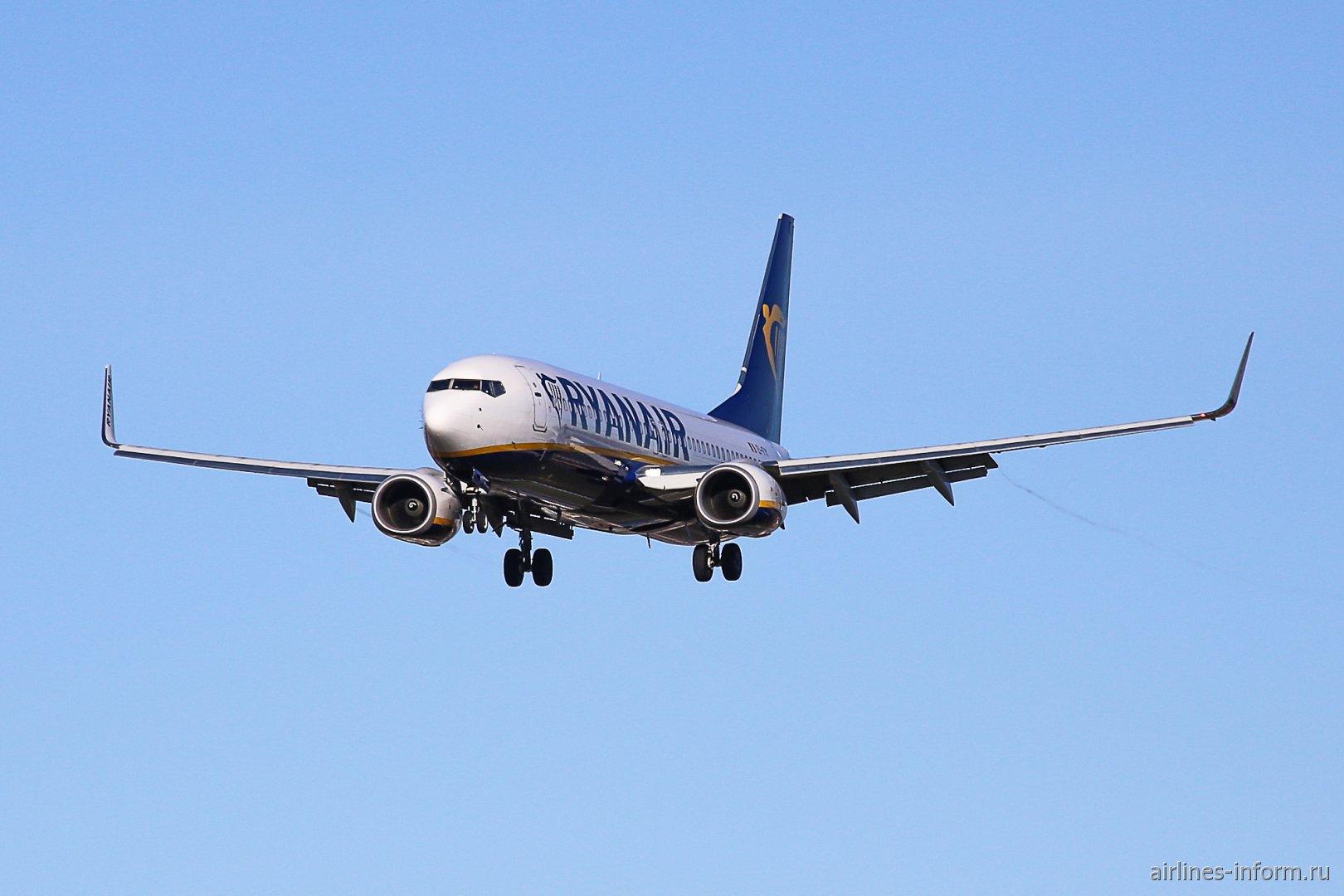 На посадку заходит Боинг-737-800 авиакомпании Ryanair