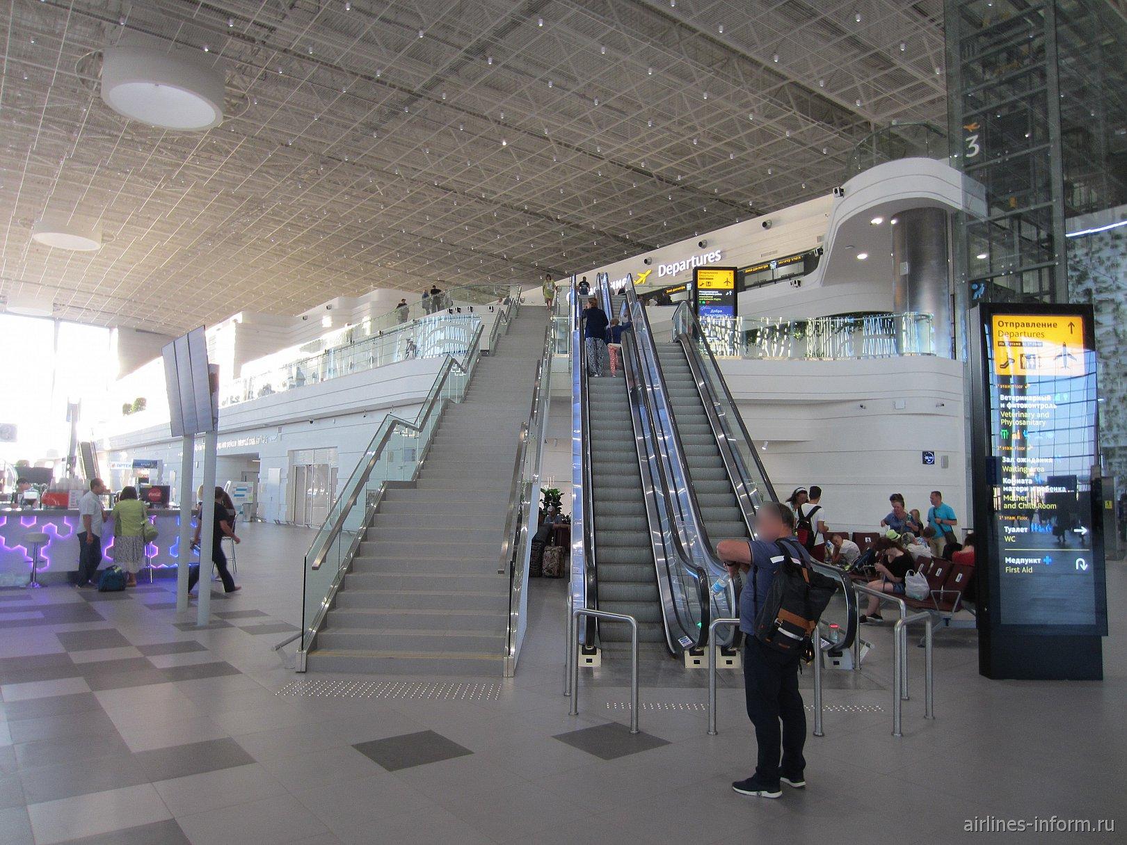 Лестница к зоне вылета в новом пассажирском терминале аэропорта Симферополь