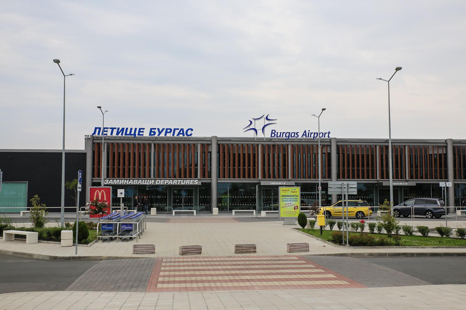 Вход в новый пассажирский терминал аэропорта Бургас