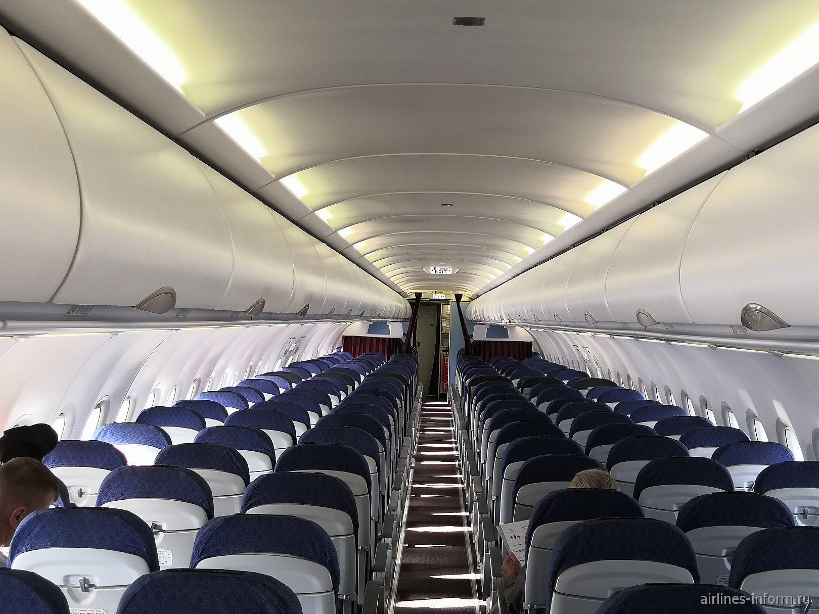Пассажирский салон самолета Airbus A320 VP-BTZ авиакомпании Уральские авиалинии
