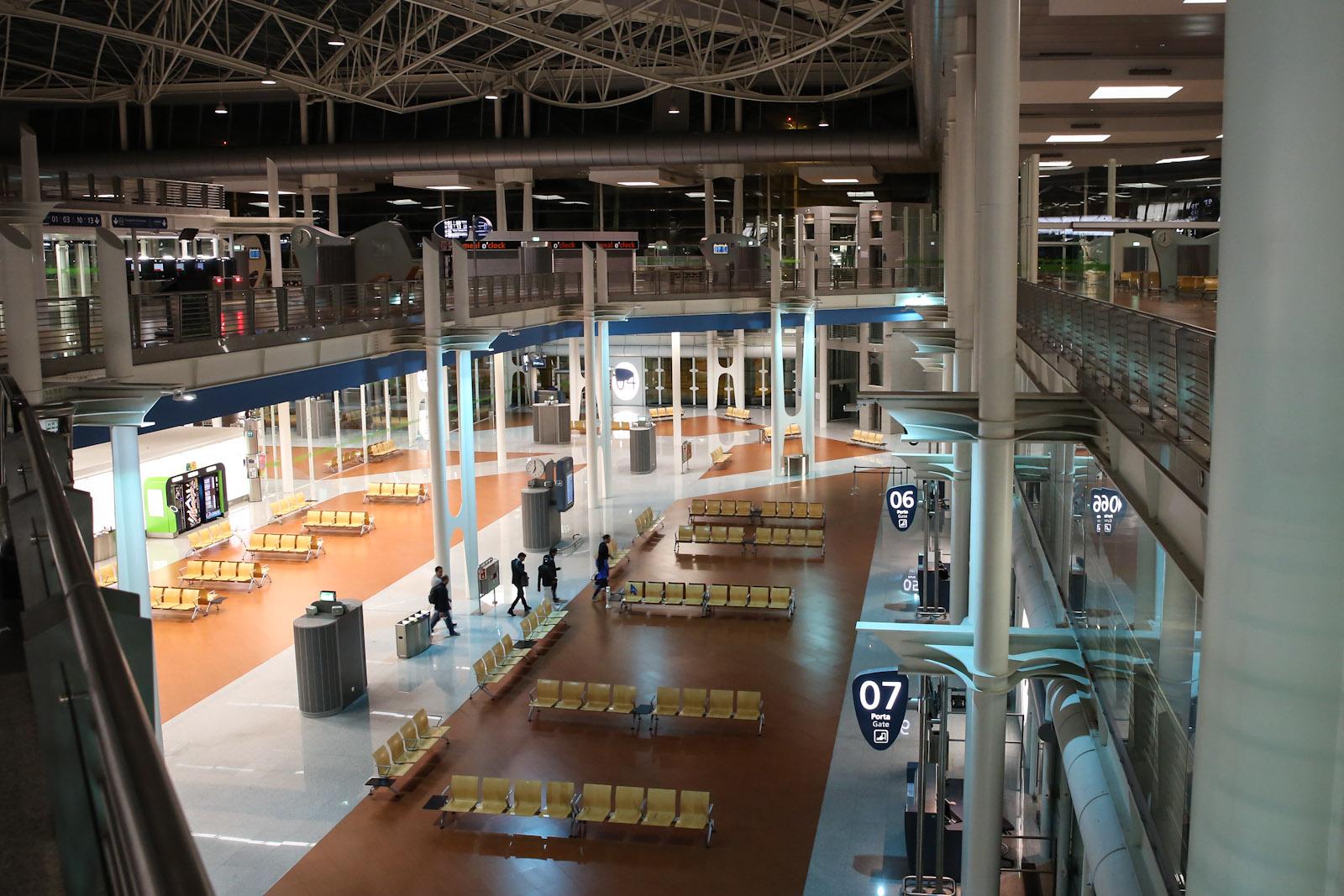 Залы ожидания перед выходами на посадку в аэропорту Порту Франциско Корнейро