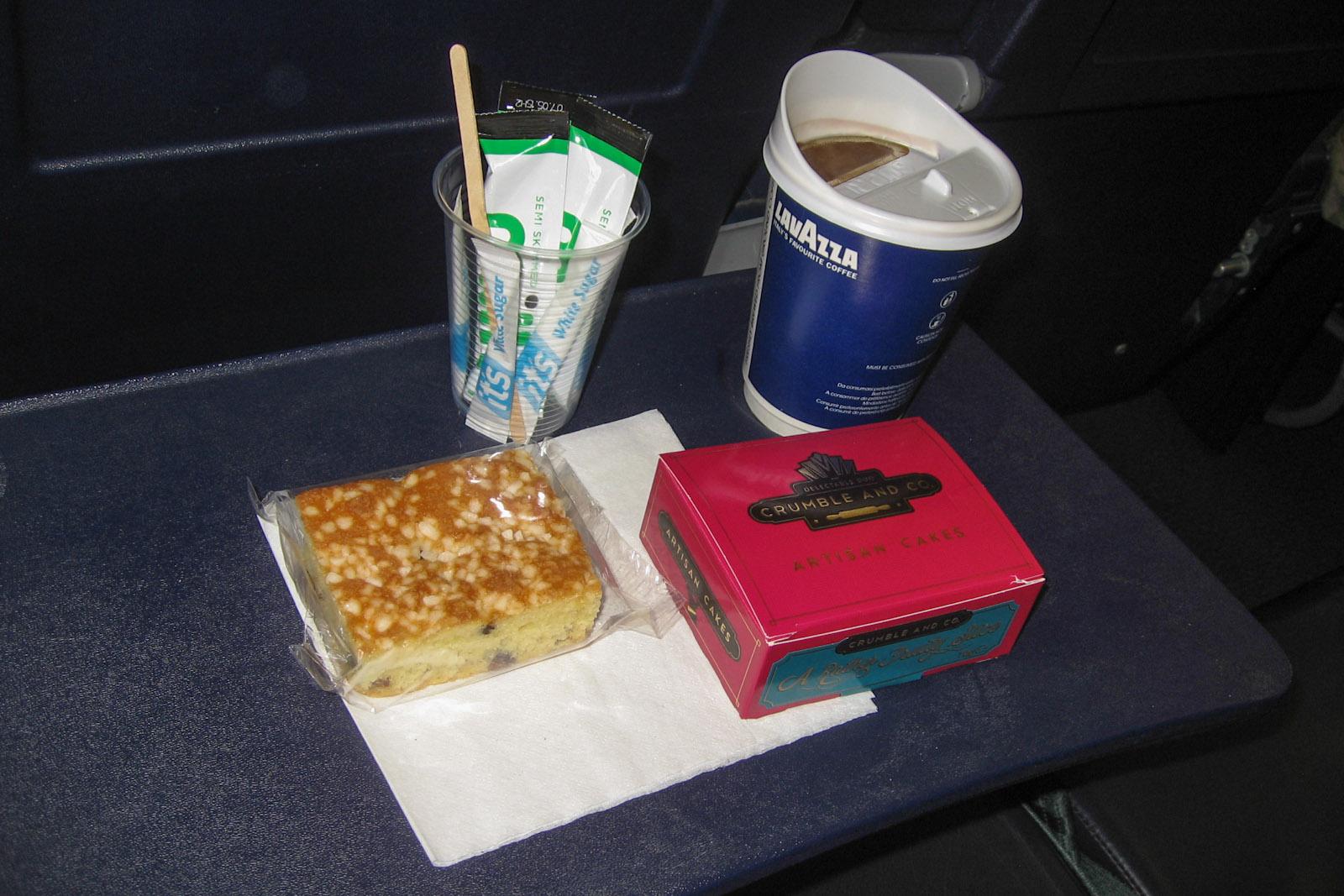 Кофе и кекс - платное питание на рейсе авиакомпании Ryaniar