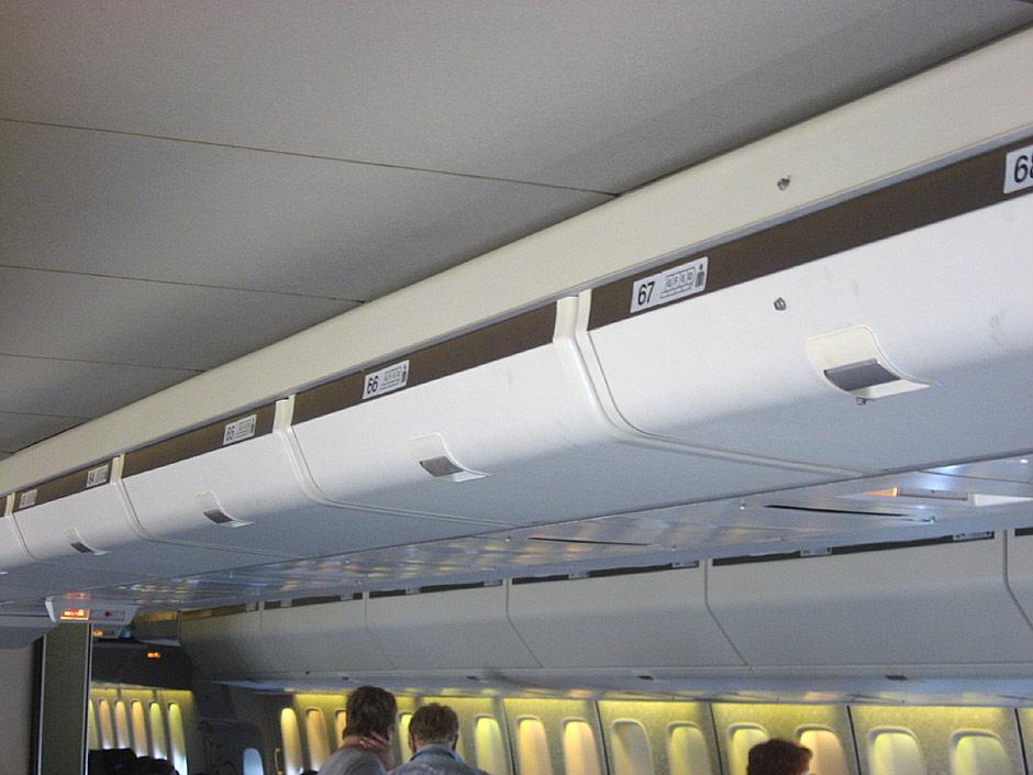 Багажные полки самолета Боинг-747-300 Трансаэро