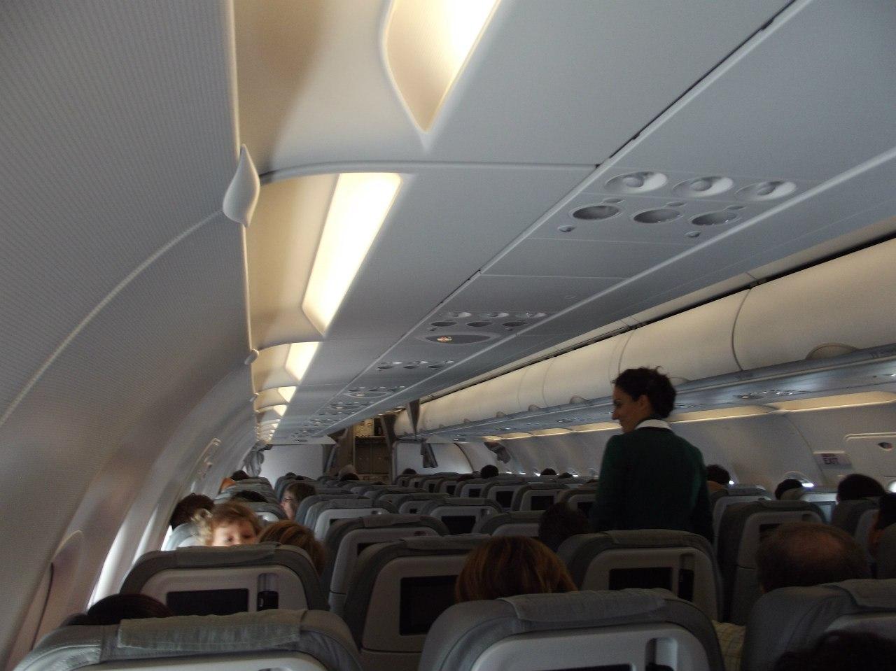 Салон самолета Airbus A319 авиакомпании Alitalia