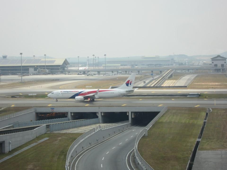 Рулежная дорожка над автострадой в аэропорту Куала-Лумпур