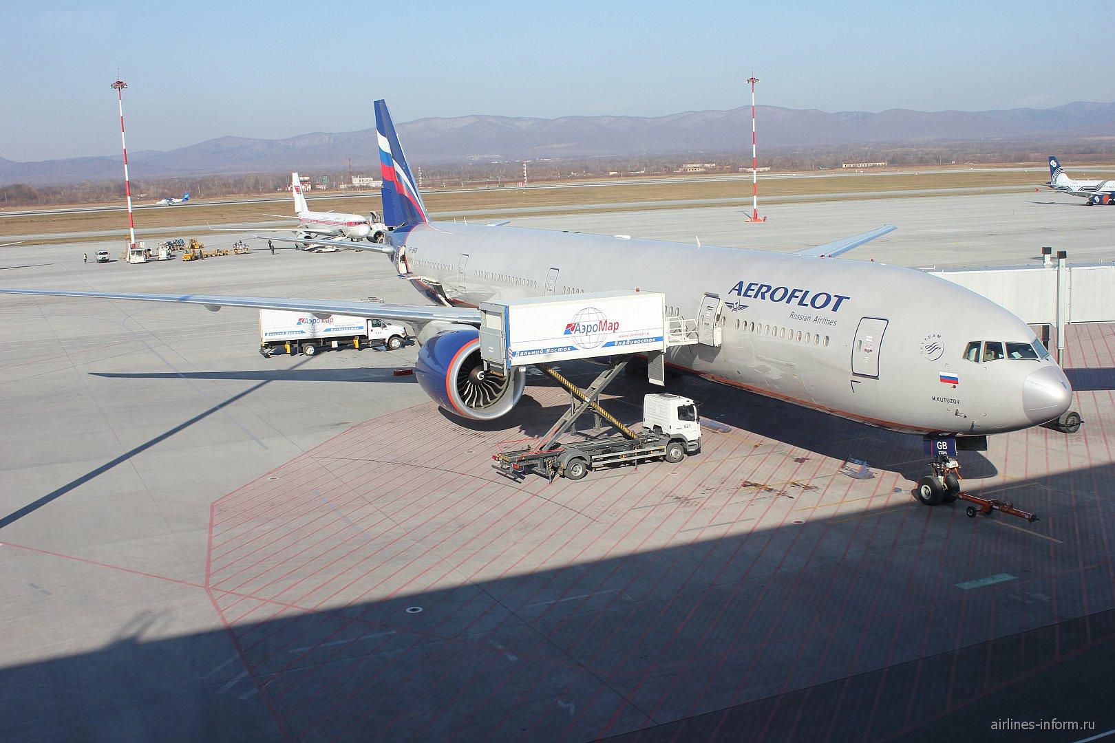 Боинг-777-300 VP-BGB Аэрофлота в аэропорту Владивостока