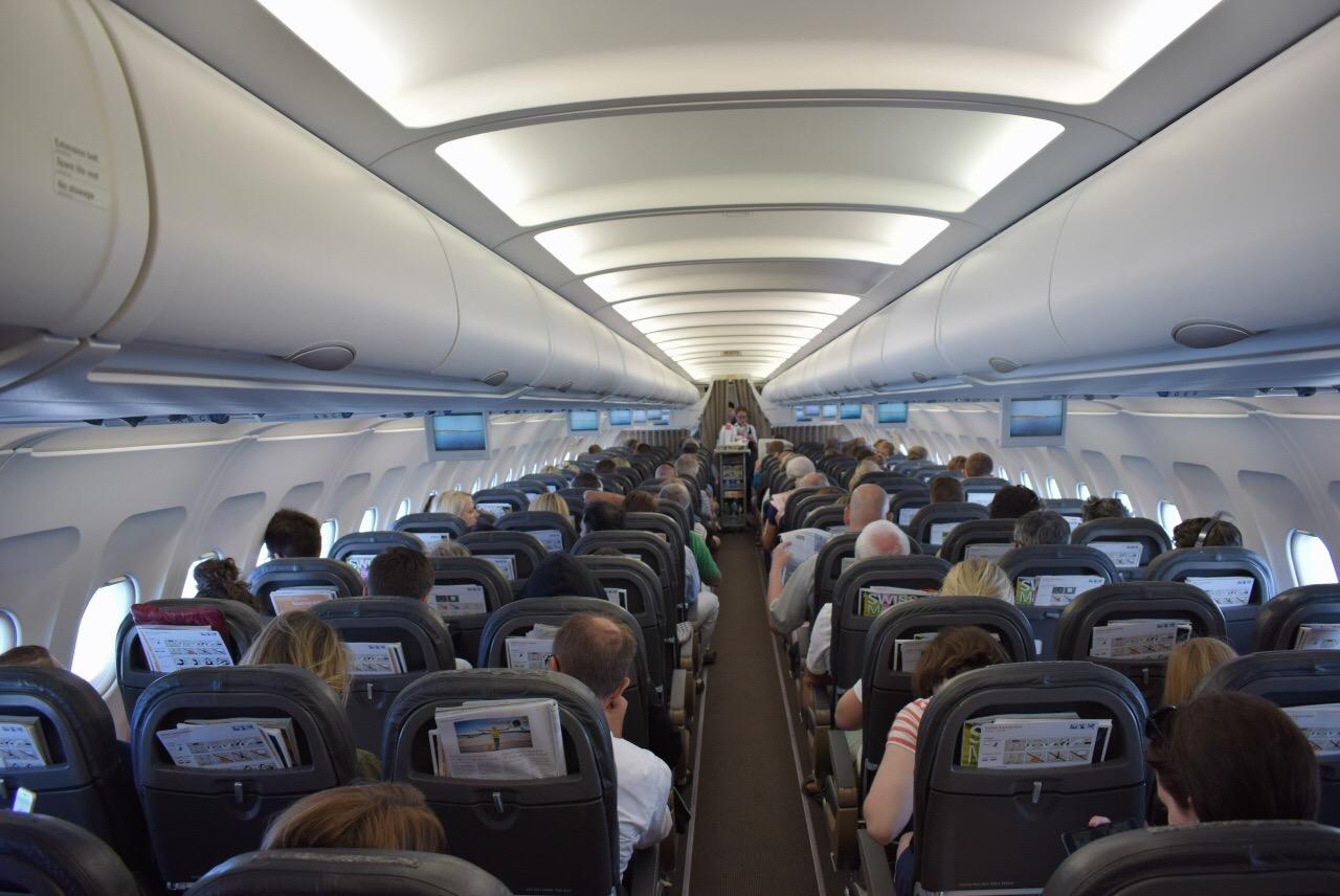 Пассажирский салон самолета Airbus A319 авиакомпании SWISS