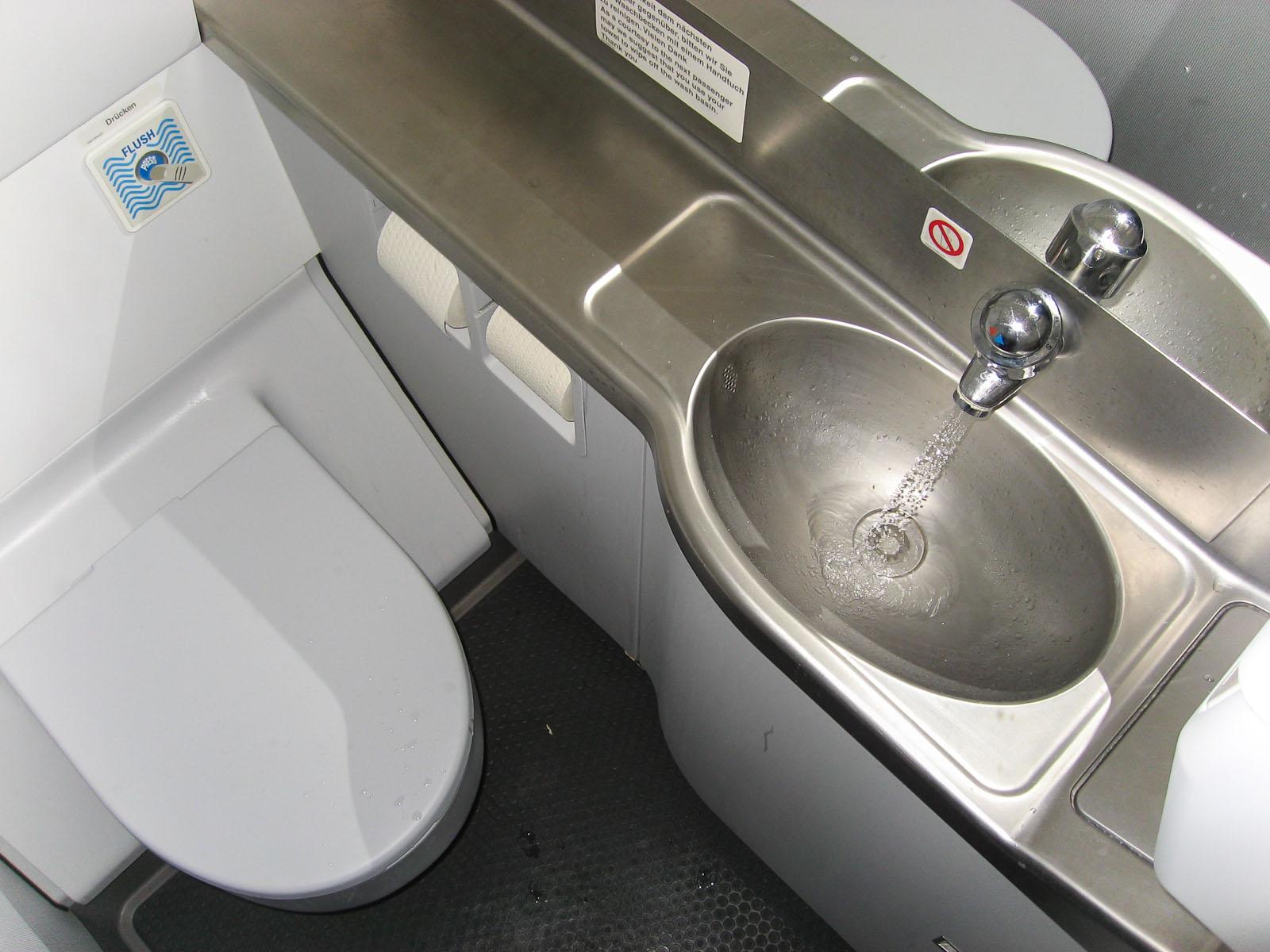 Туалет самолета Airbus A320 авиакомпании Niki