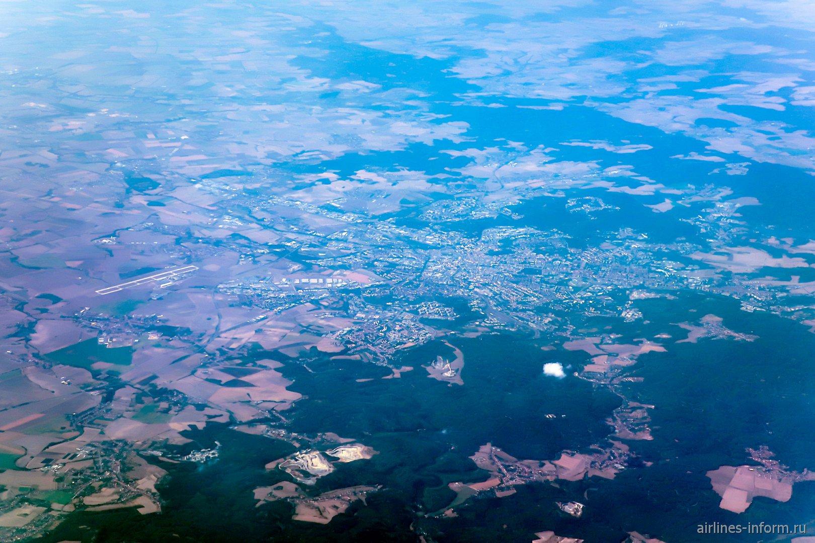 Вид сверху из самолета на город Брно в Чехии