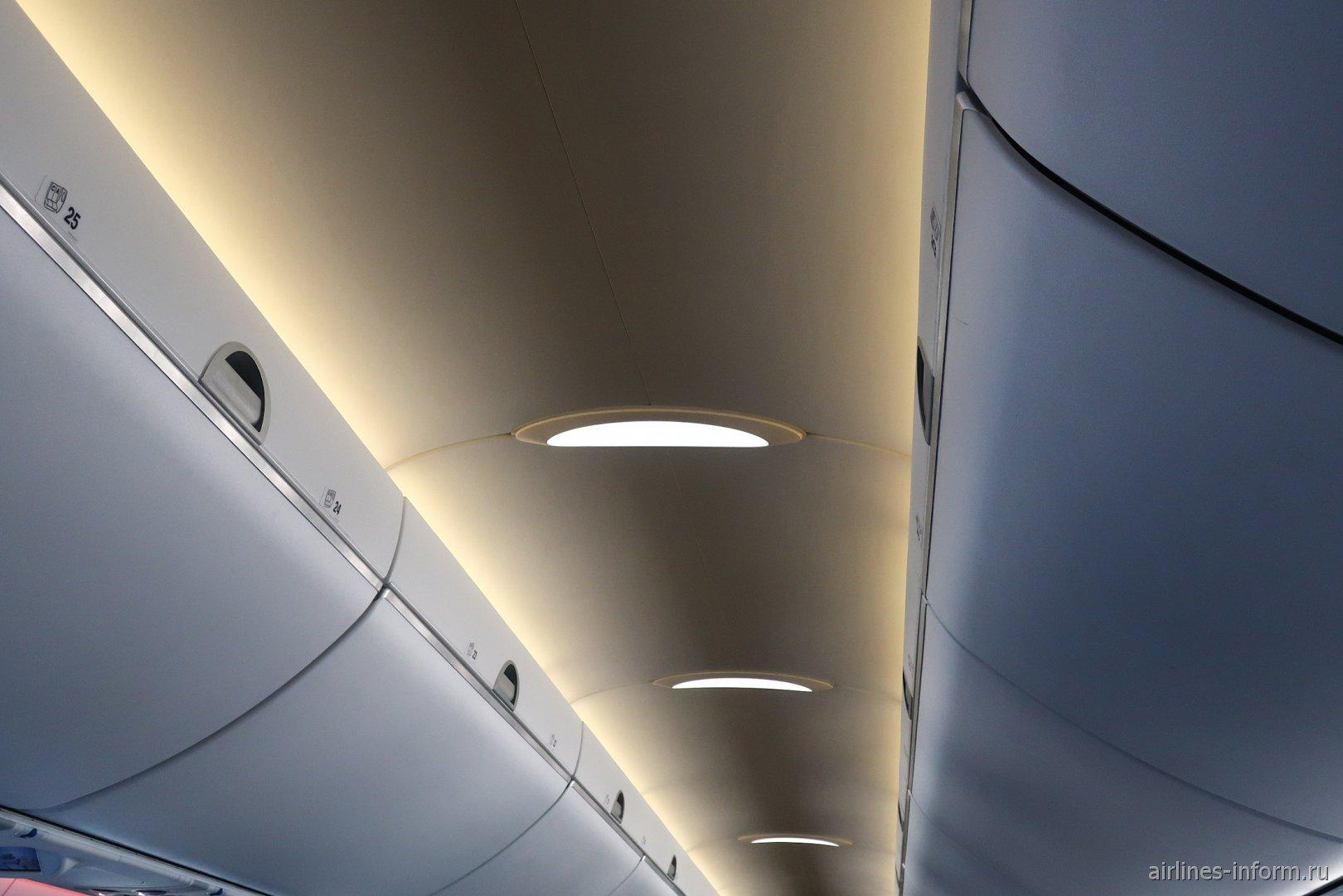 Мягкое освещение пассажирского салона в авиалайнере Airbus A220-300