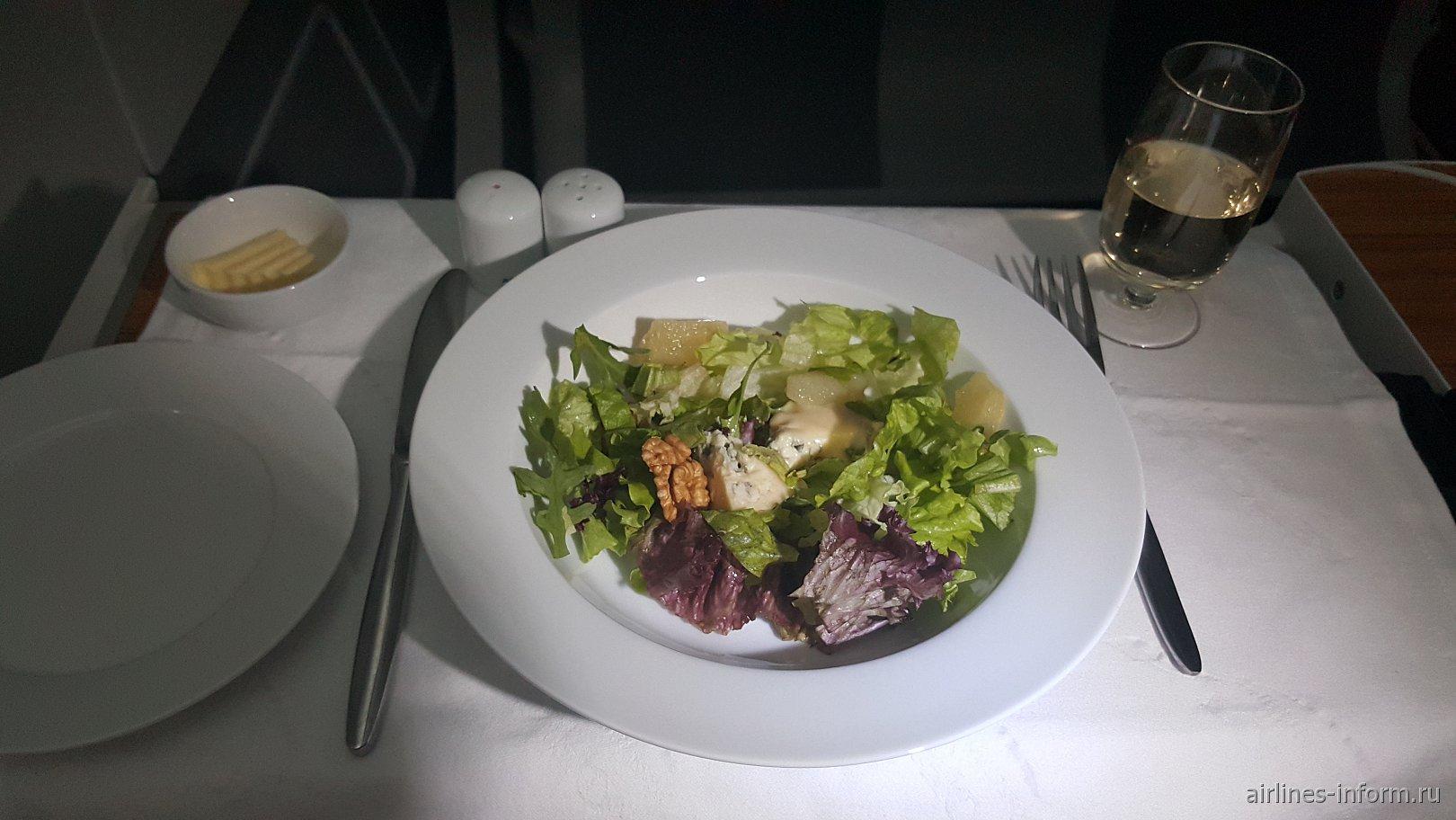 Салат. Листья салата с грушей в сиропе, сыром Горгонзола и медовым соусом
