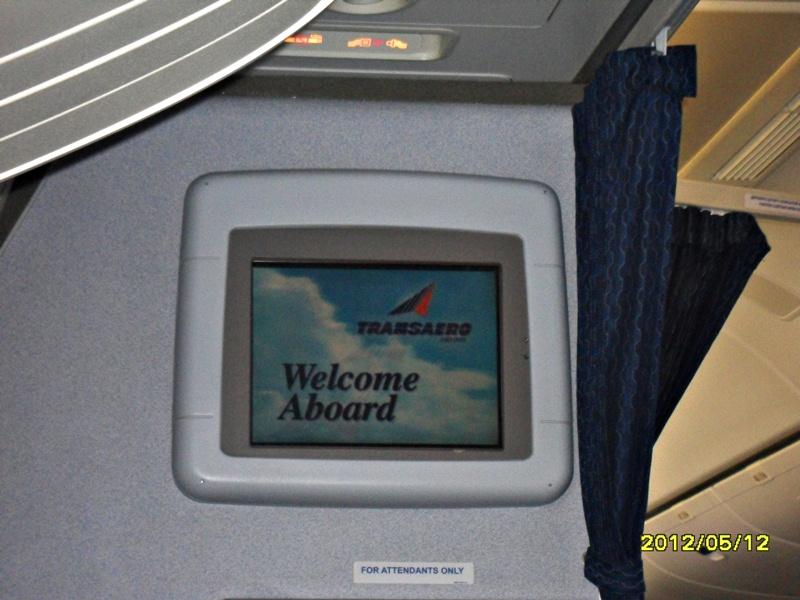 Салон экономического класса в самолете Боинг-777-200 Трансаэро