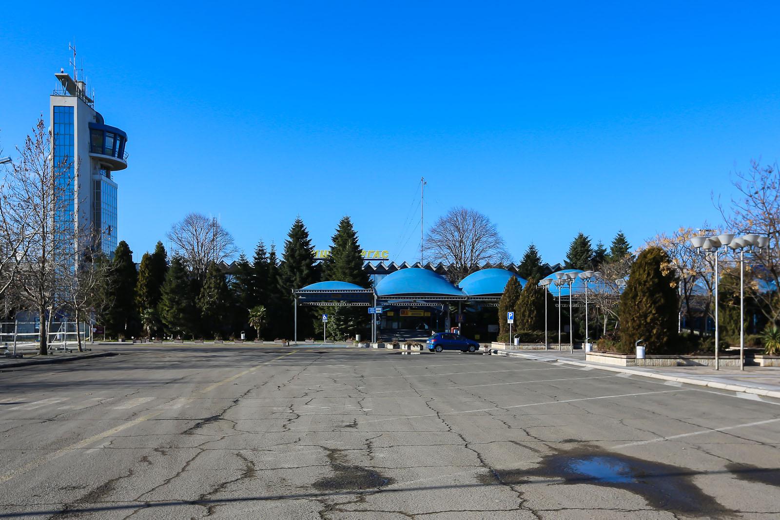 Старый терминал аэропорта Бургас - вид со стороны привокзальной площади