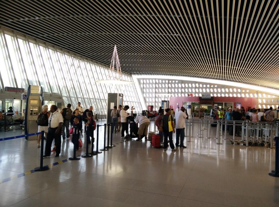 В аэровокзале аэропорта Пуэнт-а-Питр Резе