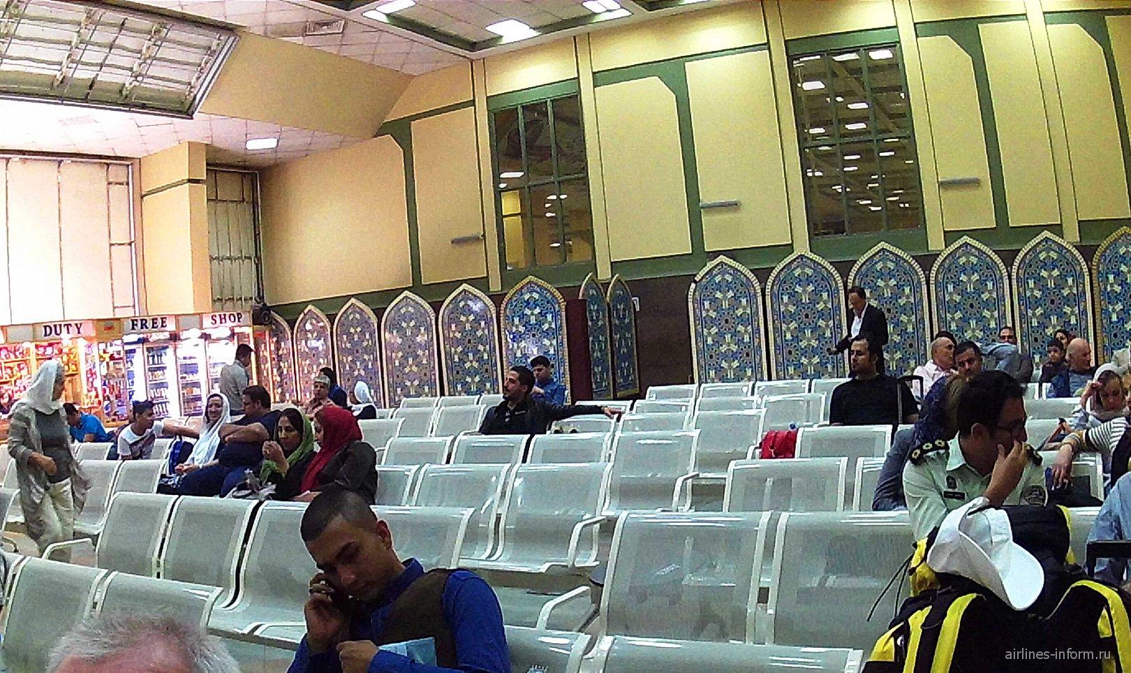 Зал ожидания перед вылетом в аэропорту Шираз