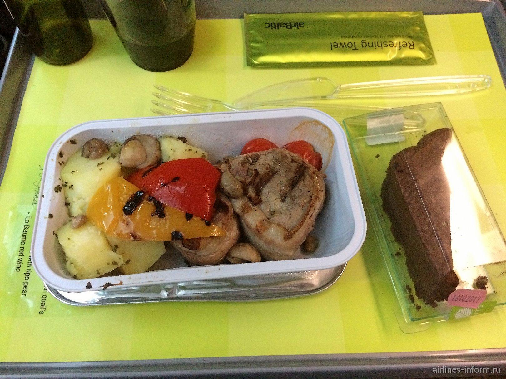 Cвиные медальоны с картофелем и овощами гриль - платное питание на рейсе авиакомпании airBaltic