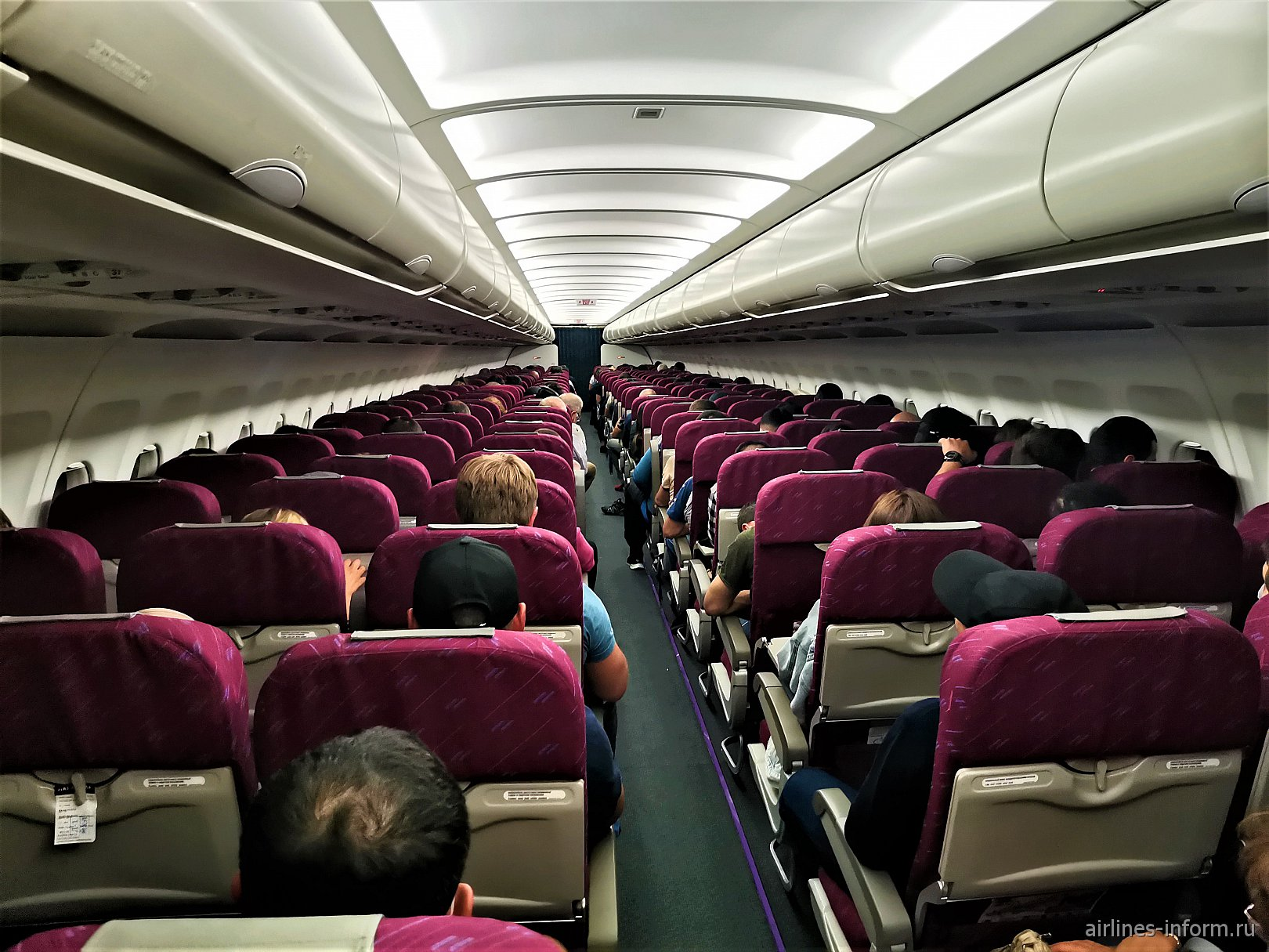 Пассажирский салон самолета Airbus A320 компании Red Wings