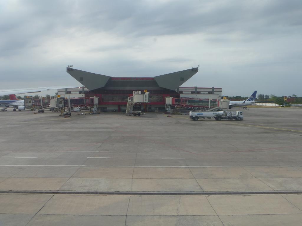 Вид с перрона на терминал 3 аэропорта Гавана Хосе Марти