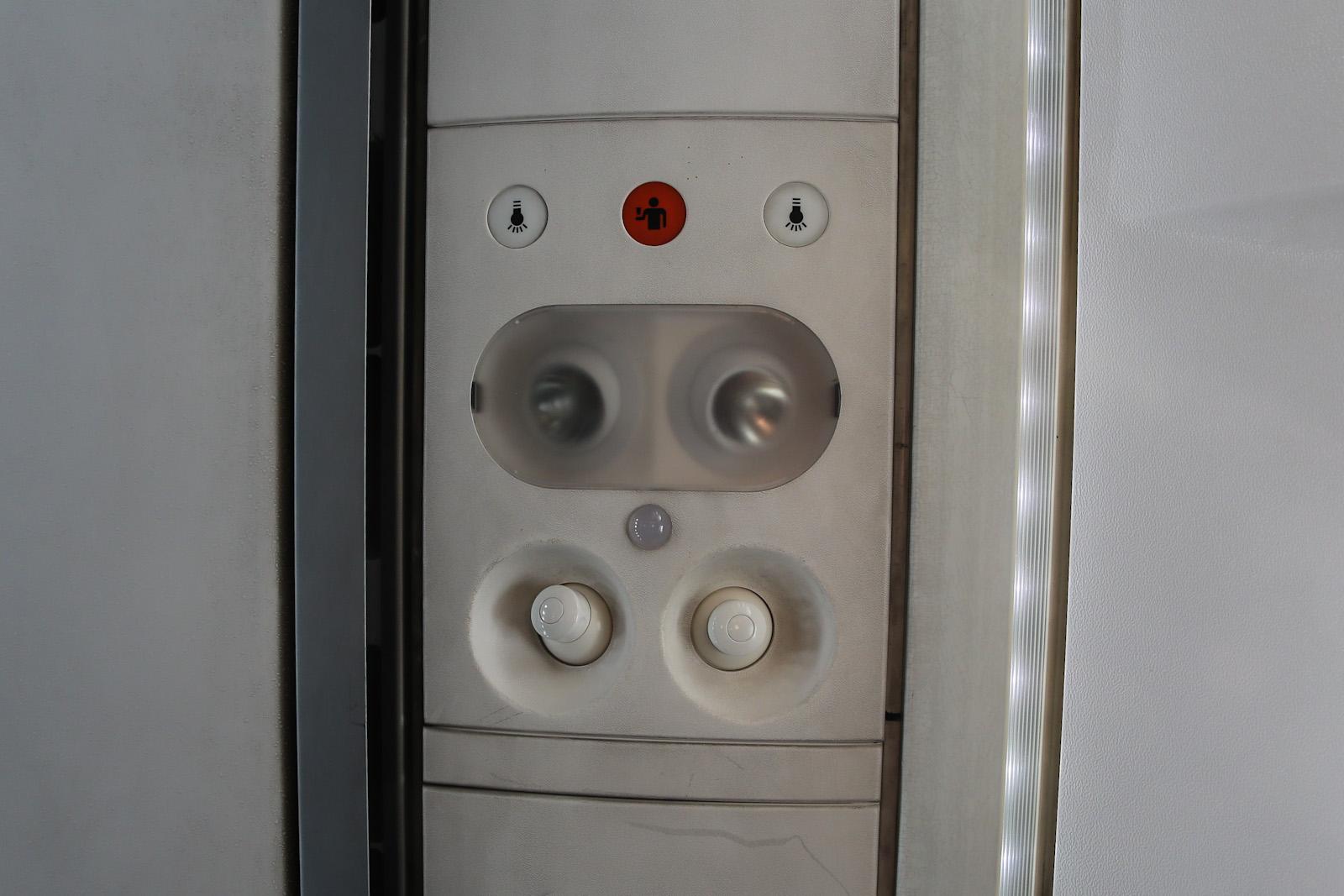 Панель над пассажирским креслом в самолете ATR 72-500