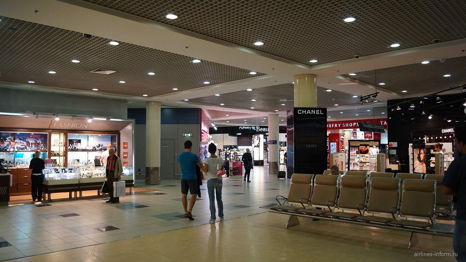 Магазины беспошлинной торговли в чистой зоне международных вылетов аэропорта Домодедово