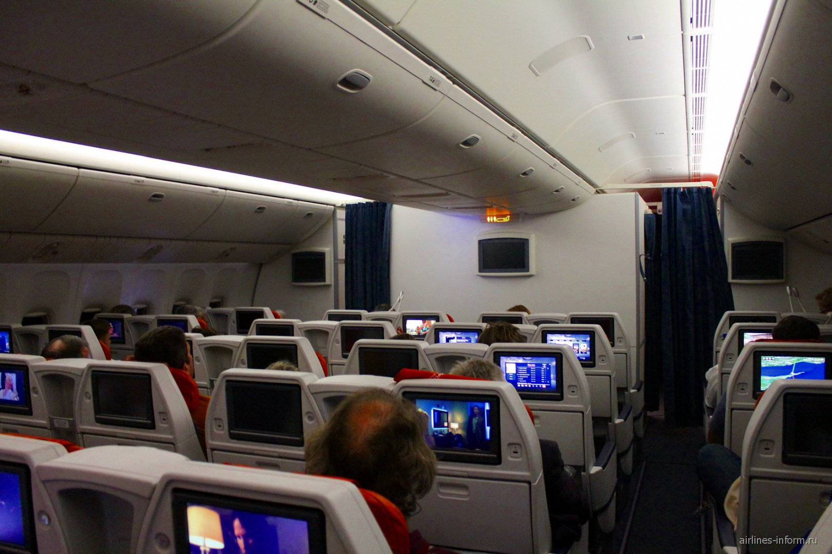 Салон комфорт-класса в самолете Боинг-777-300 Аэрофлота