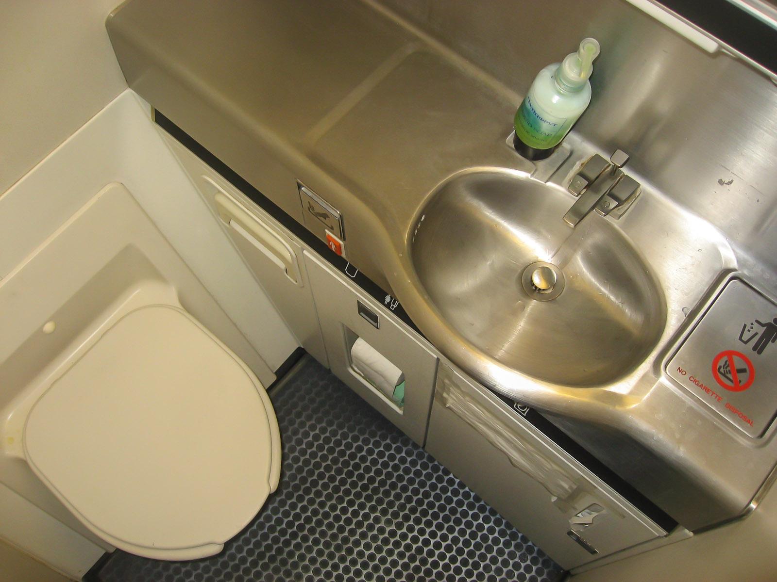 Туалет в самолете Боинг-767-300 авиакомпании Nordwind