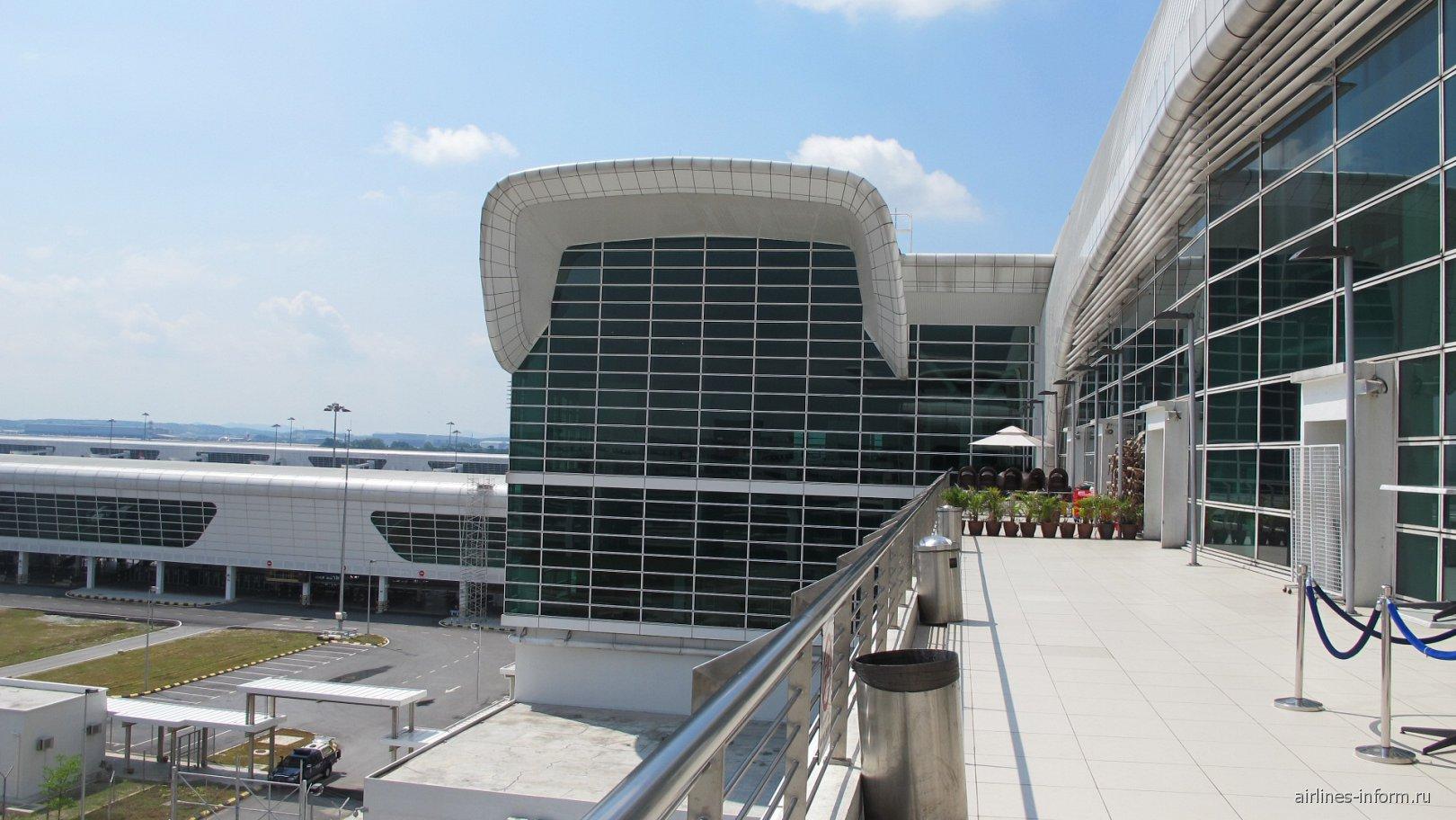 На площадке для курения в лоукост-терминале KLIA2 аэропорта Куала-Лумпур
