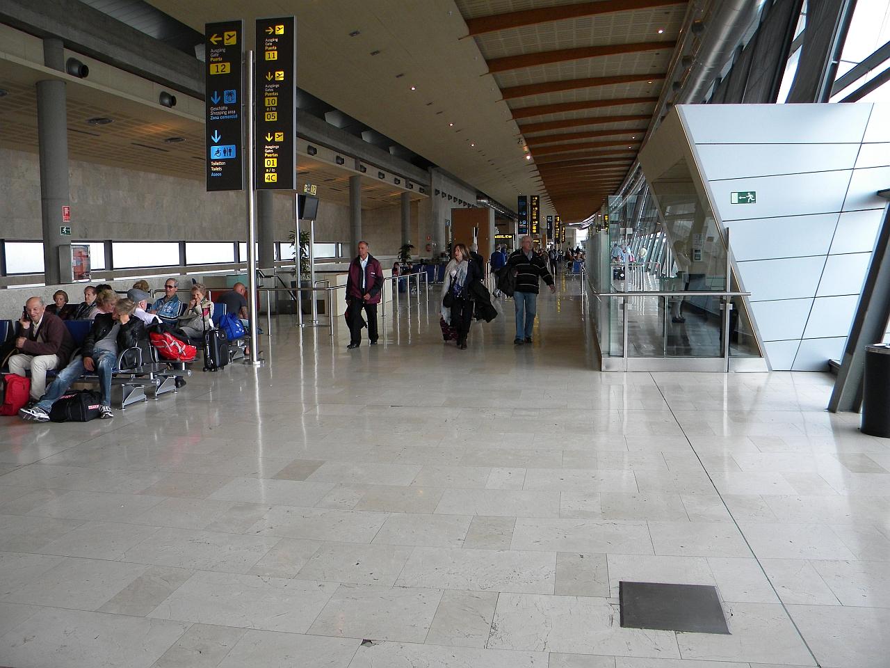 Зона вылета в чистой зоне аэропорта Тенерифе Северный
