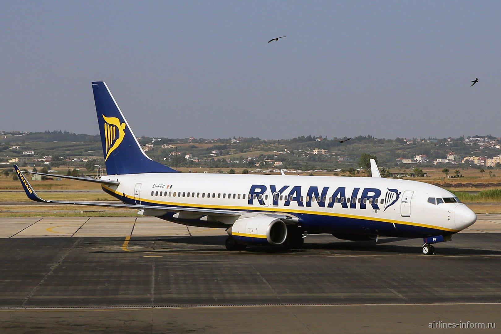 Самолет Боинг-737-800 авиакомпании Ryanair в аэропорту Салоники