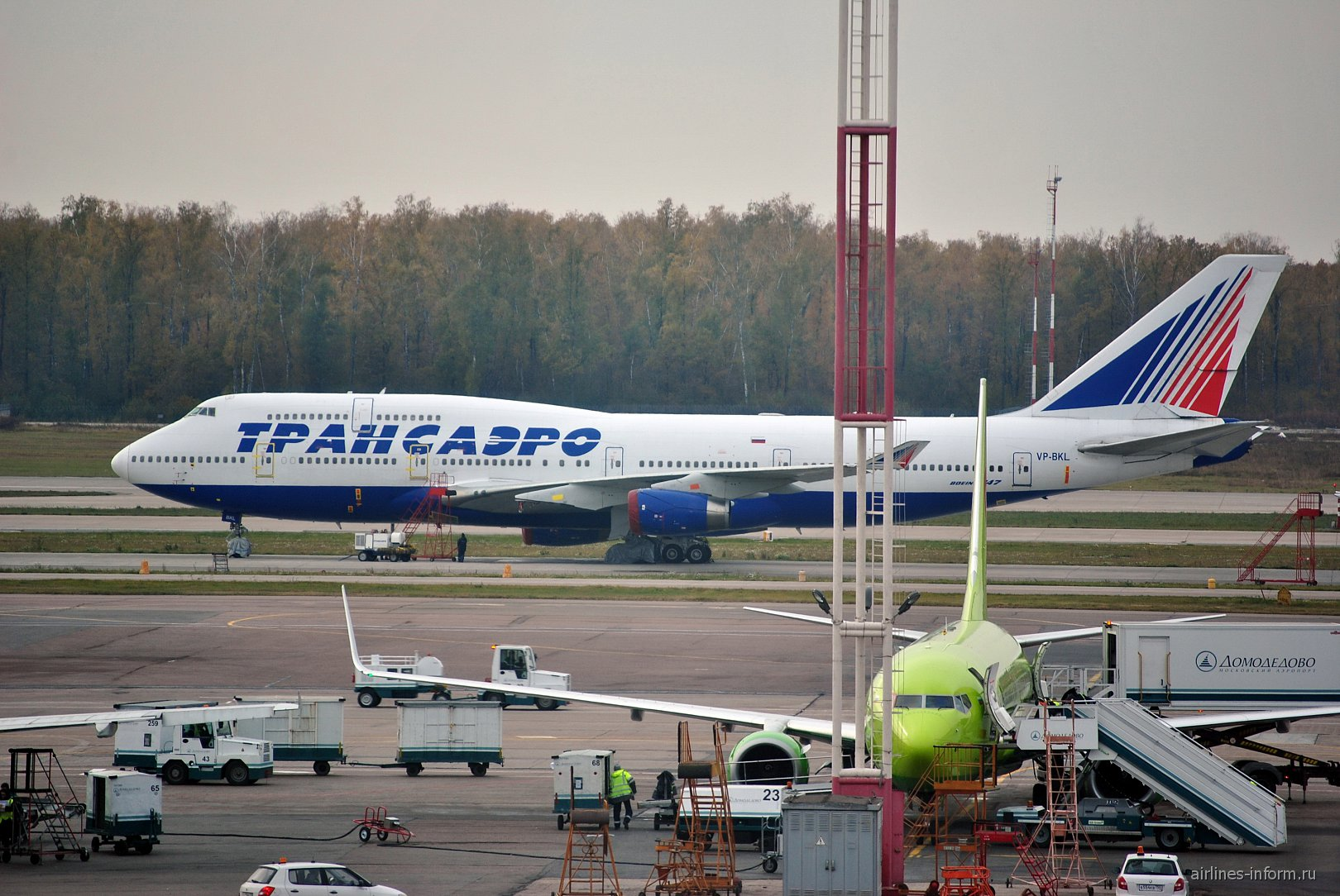 Самолет Боинг-747-400 VP-BKL авиакомпании Трансаэро в аэропорту Домодедово