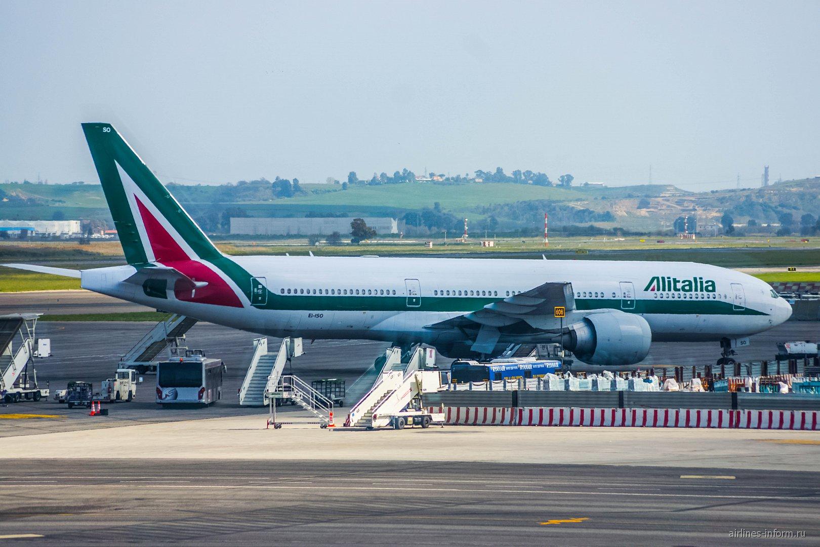 Боинг-777-200 авиакомпании Alitalia в аэропорту Рим Фьюмичино