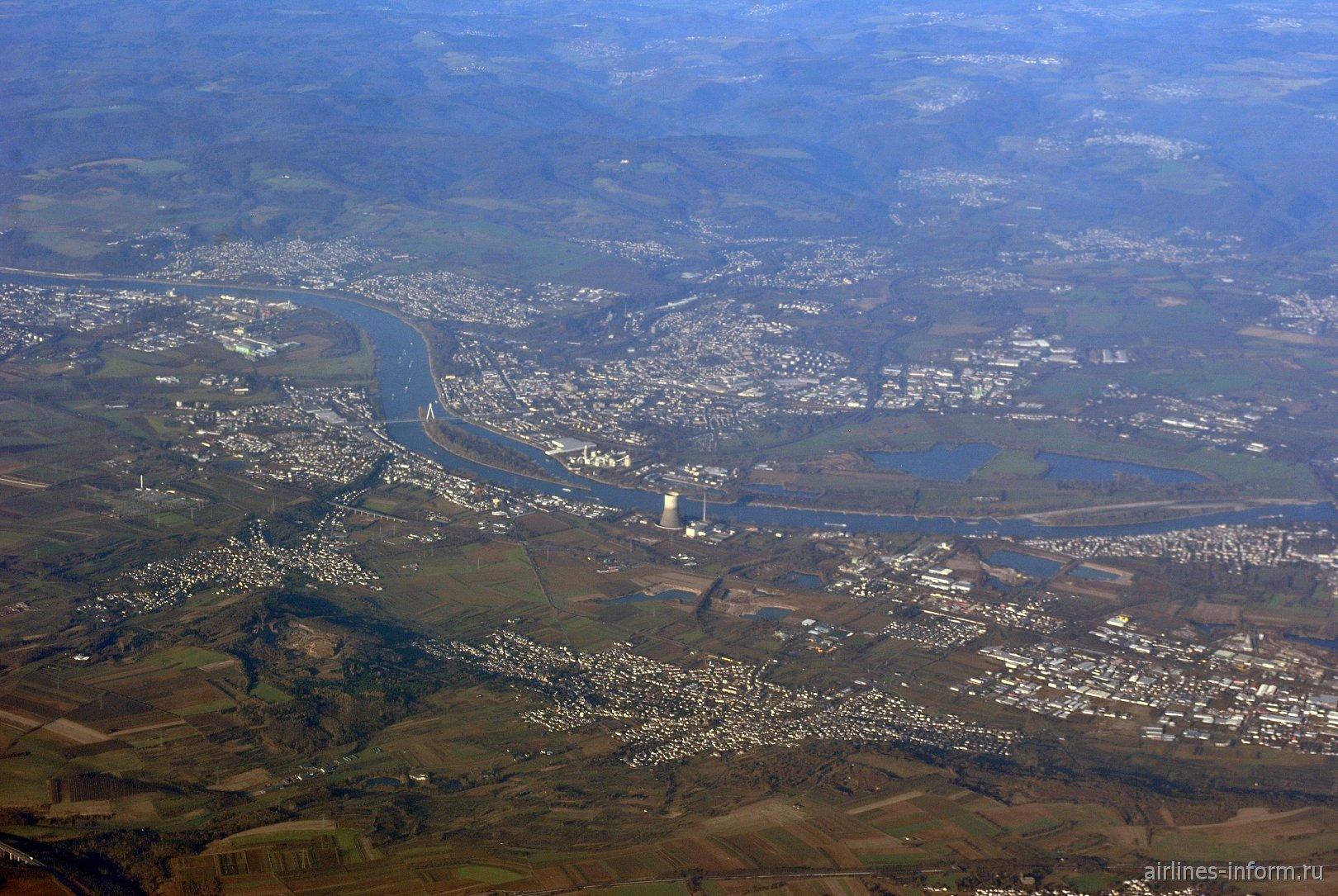 Река Рейн и город Вайсентурм в Германии