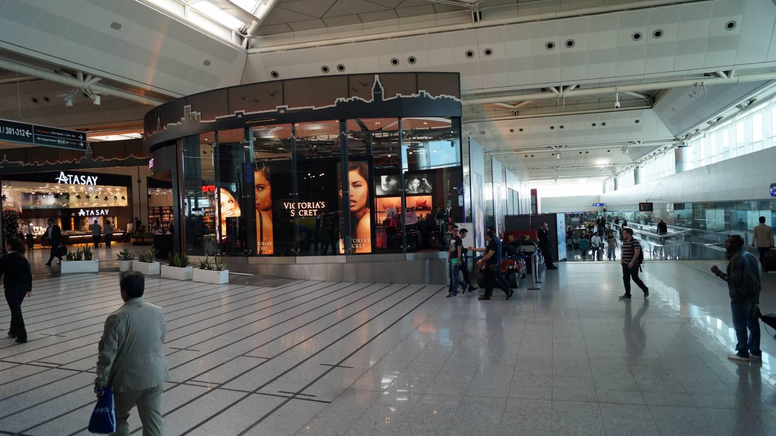 В чистой зоне аэропорта имени Ататюрка в Стамбуле