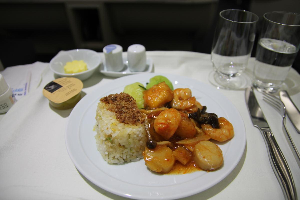 Горячее питание (морепродукты) в бизнес-классе авиакомпании Korean Air