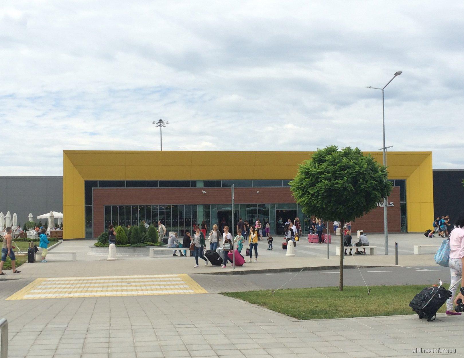 Зал прилета аэропорта Варна со стороны привокзальной площади