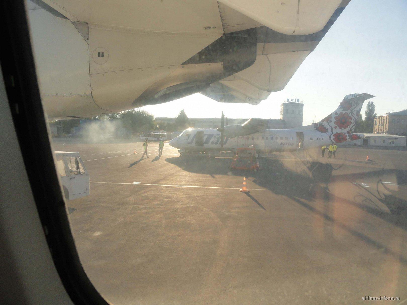 ATR 42 авиакомпании UTair Ukraine в аэропорту Киев Жуляны