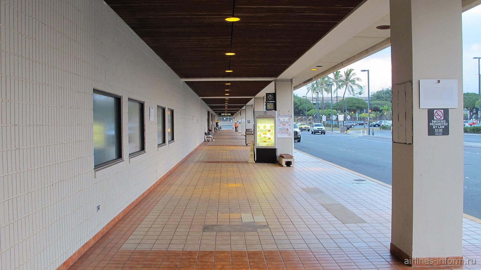 Пешеходная галерея у входа в терминал аэропорта Гонолулу