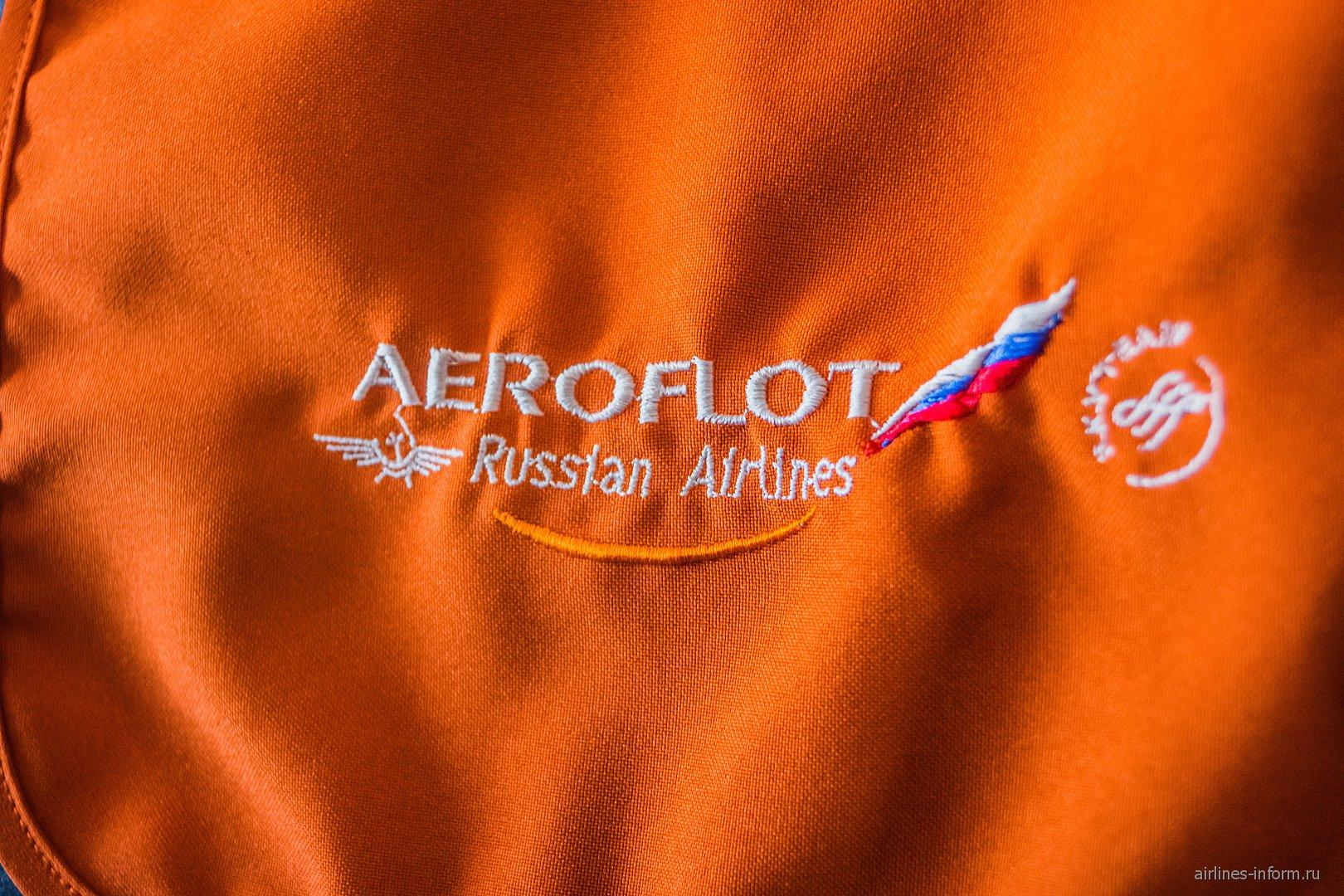 Вышитый логотип Аэрофлота на подголовнике