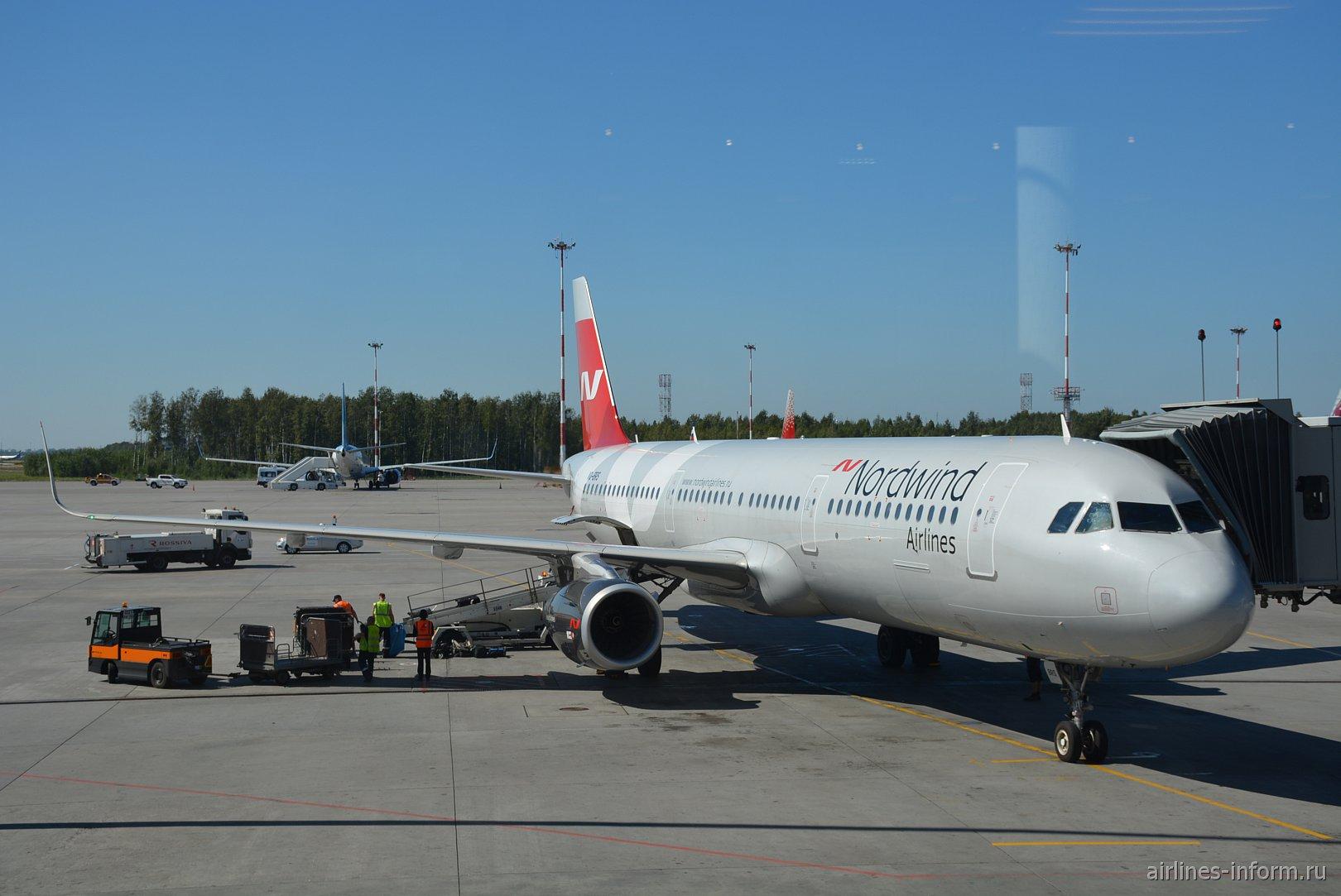 Самолет Airbus A321 авиакомпании Nordwind в аэропорту Пулково