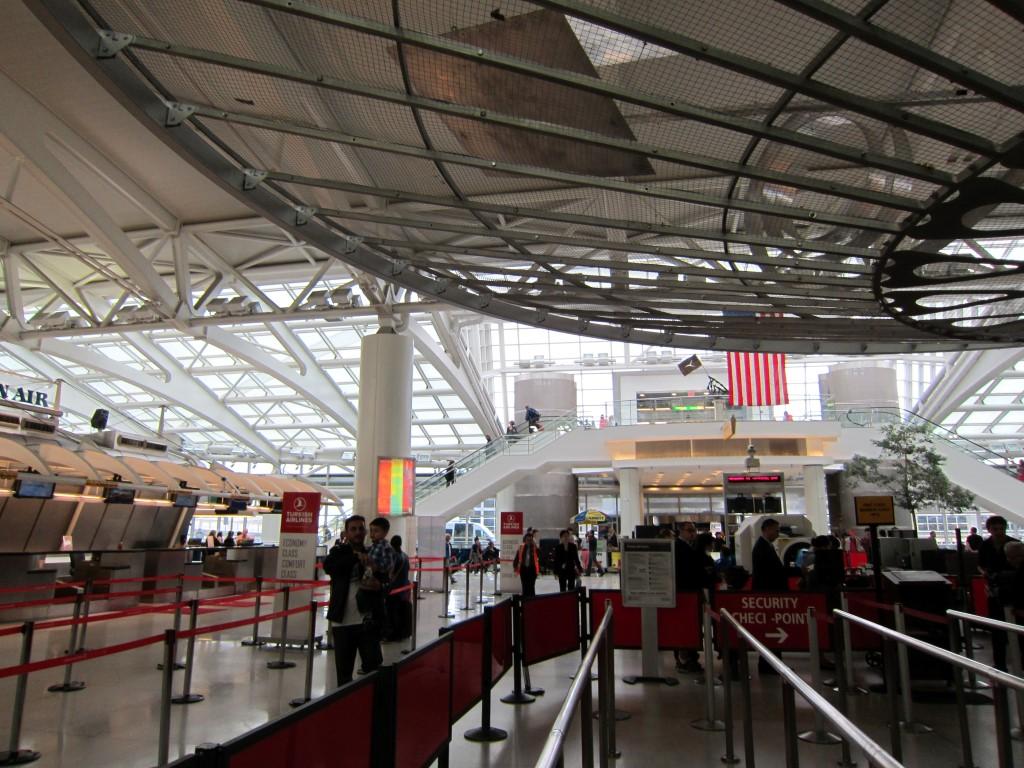 В терминале 1 аэропорта Нью-Йорка имени Джона Кеннеди