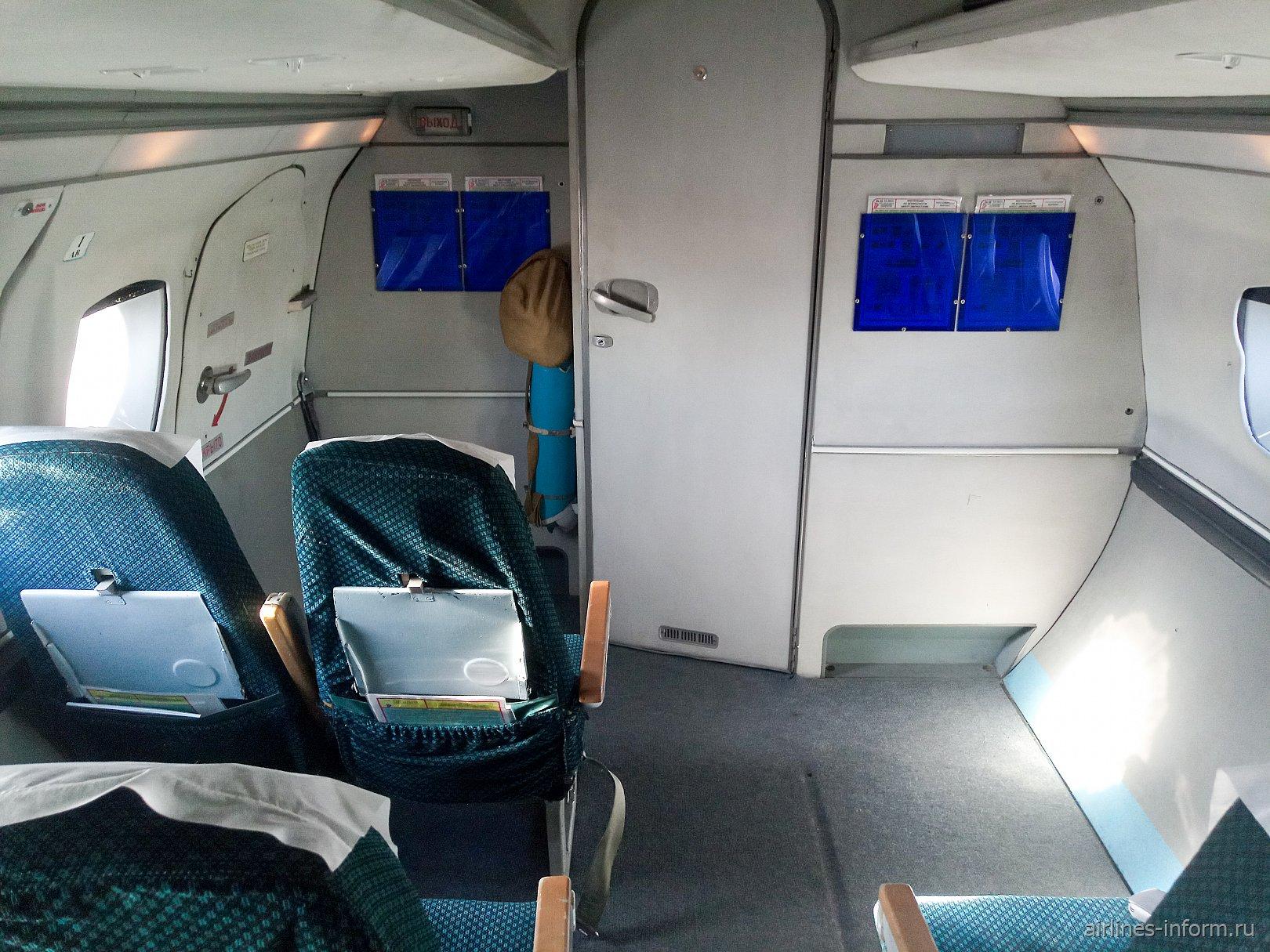 Передняя часть пассажирского салона самолета Як-40