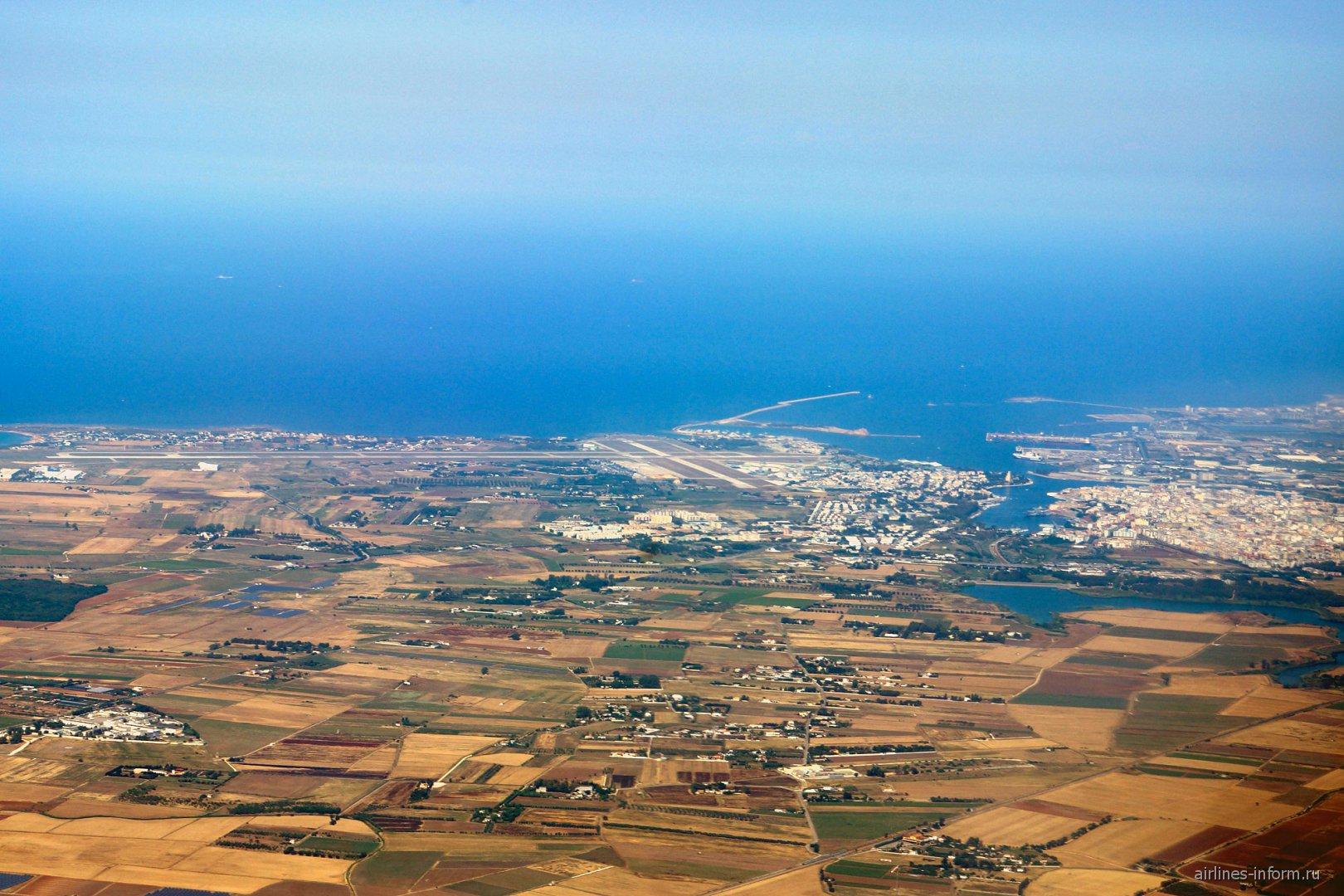 Аэропорт (слева) и город (справа) Бриндизи
