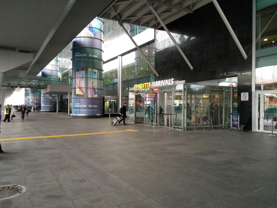 Вход в зал прилета терминала D аэропорта Киев Борисполь